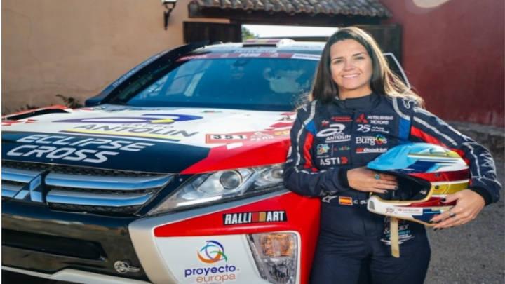 Tras el volante la piloto Cristina Gutiérrez