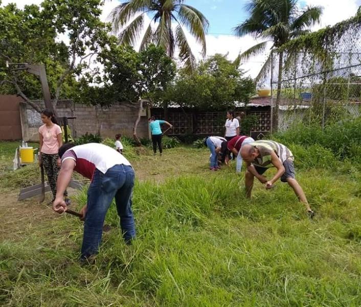 Hombres y mujeres participaron en el operativo de limpieza
