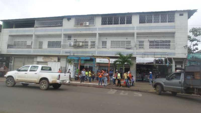 """En la parada de """"Nachi"""" se observaba a diario como es obstruida por vehículos particulares"""