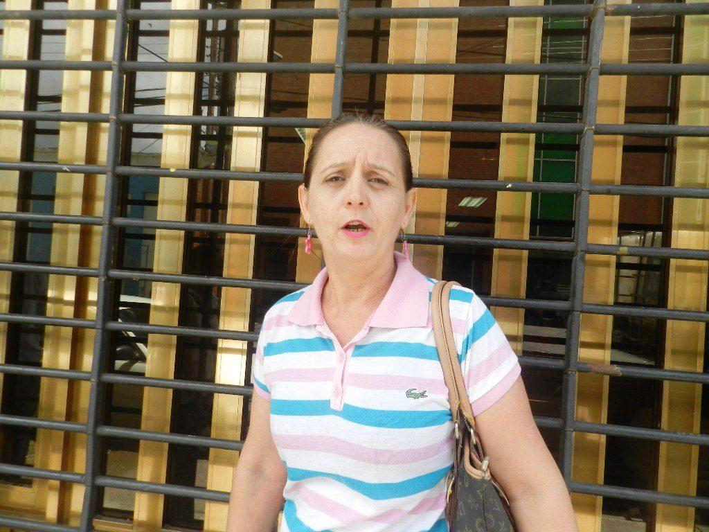 Rosana Locurcio, le intentaron cobrar 500 Bs pero se negó y pagó 300, este jueves.