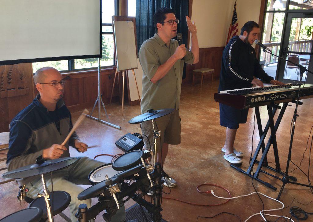 La adoración estuvo a cargo de los hermanos David Castellano y Samuel Correa