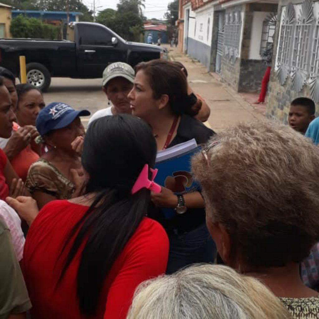 Presencia de la Defensora del Pueblo Evelyn Gomez quien conversó con los familiares. Foto: Cortesia