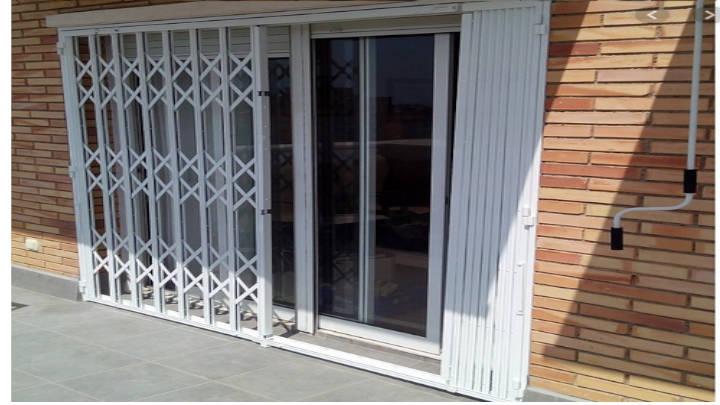 La rejas de ballestas para puertas cumplen doble función: decoran y resguardan