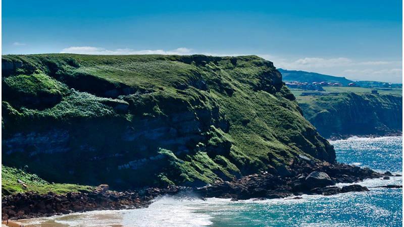 La playa de los Locos de Suances bajo la custodia del acantilado