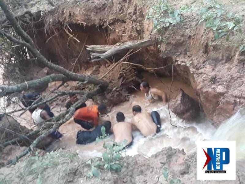 Vecinos y funcionarios de protección civil lograron rescatar el segundo cuerpo. Foto Cortesia