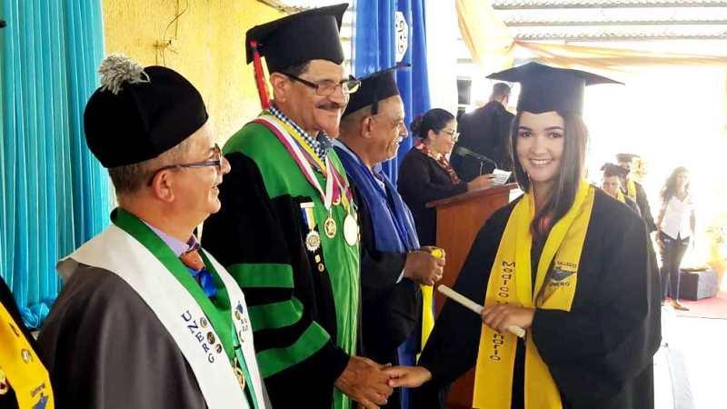 Una de las graduando muestra la emoción sentida al momento de recibir el titulo como Médico Veterinario. Foto Jesús Cedeñ