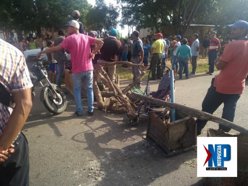 Vecinos trancaron la arteria vial para exigir sus derechos.