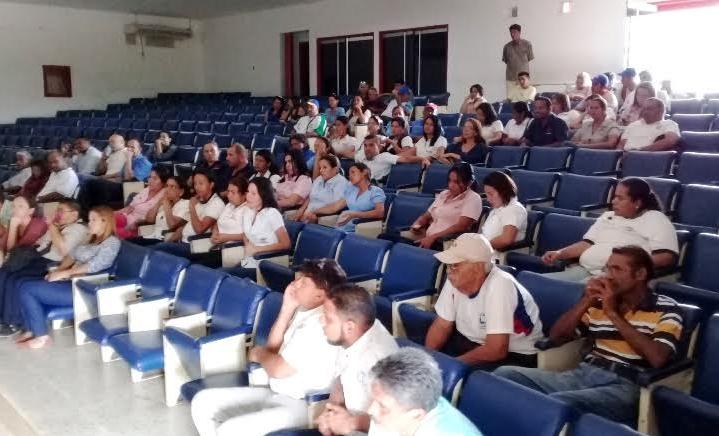 Trabajadores en asamblea plantearon la problemática al director Enmanuel Guevara. Foto: El Pitazo.