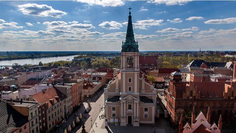 El pueblo de Torum que destaca la iglesia y sus calles tradicionales.