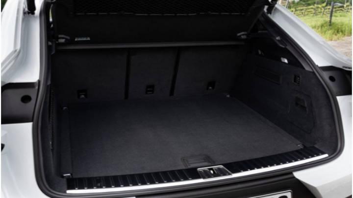 El maletero perdió espacio aproximadamente 140 litros. ganando solo si se abaten loa asientos traseros-