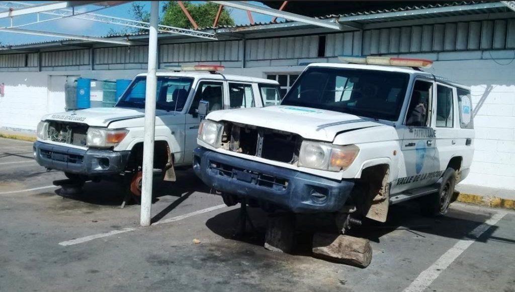 En unos toletes esta montados los vehículos esperando cauchos y repuestos para ser reparados Foto: Cortesía policial