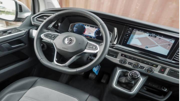Estilo propio, rediseño del volante, el salpicadero y de la pantalla