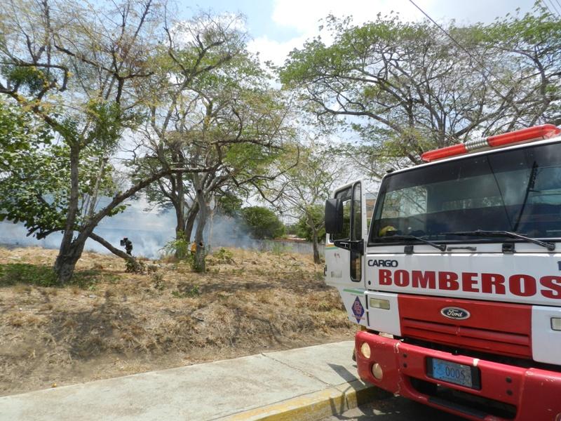 Bomberos de Infante controlaron el incendio de matorrales al lado de la Casa de la Cultura de Valle de la Pascua.jpg