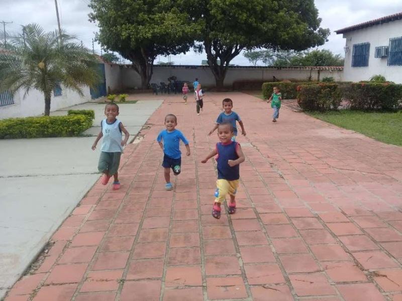 La fundacion cuenta con espacios abiertos para el esparcimiento de los niños