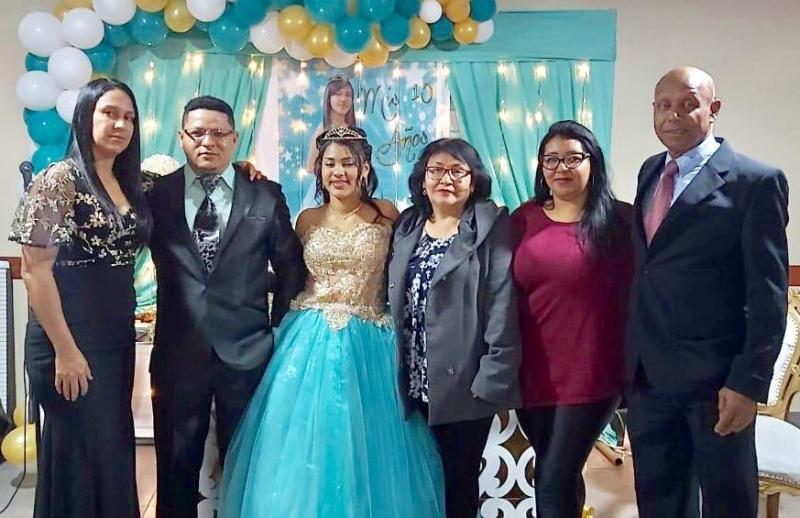 Pastor Néstor Gutiérrez, su esposa Natalia Pachas y su hija Jasmine compartiendo con Franchesca y sus padres.