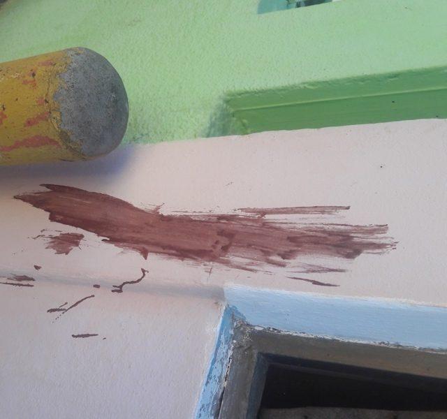 Una de las casas del sector tiene manchas de sangre