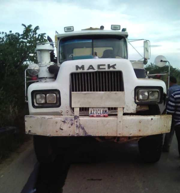 Uno de los vehiculos involucrado en el accidente. Gandola marca Mack