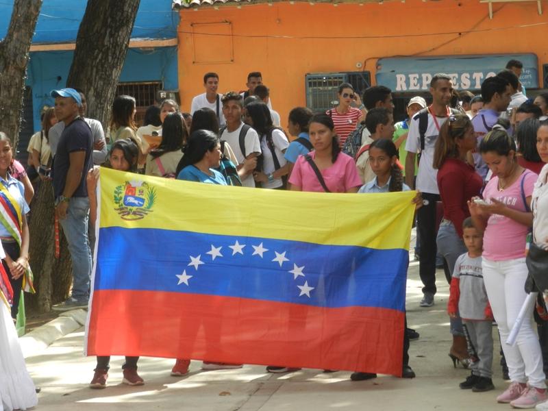 La bandera ondeó en la plaza Bolívar de la ciudad