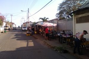 Los vendedores informales se apostaron por la Atarraya entre Leonado Infante y Los Ilustres.