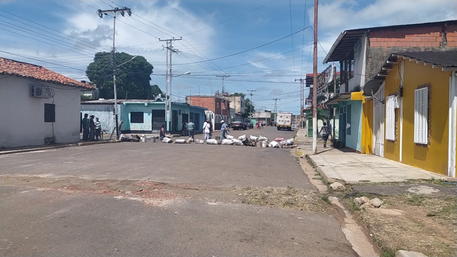 Trancaron la esquina de Ilustres con Baranda como protesta ante la decadencia en los servicios basicos.