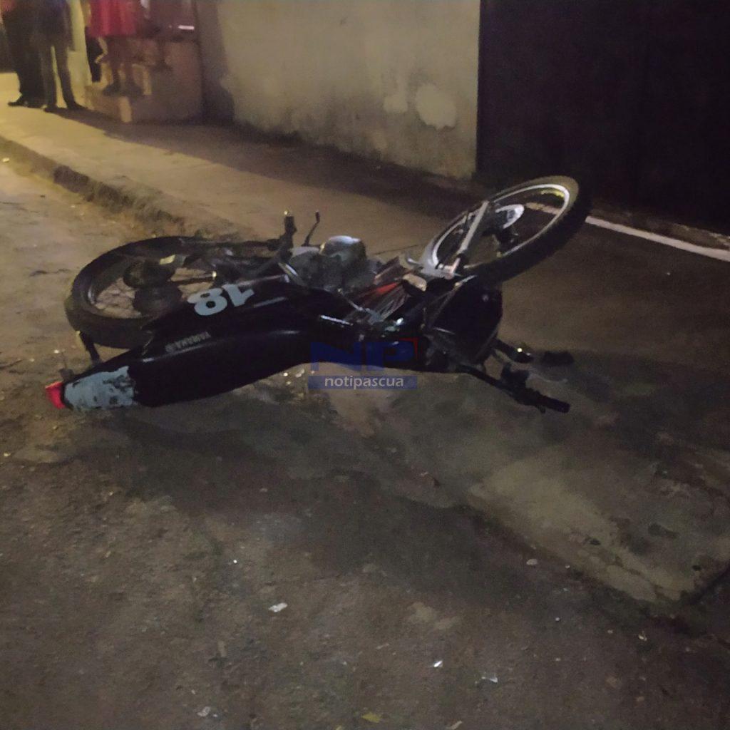 Motocicleta que fue chocada por el hombre.