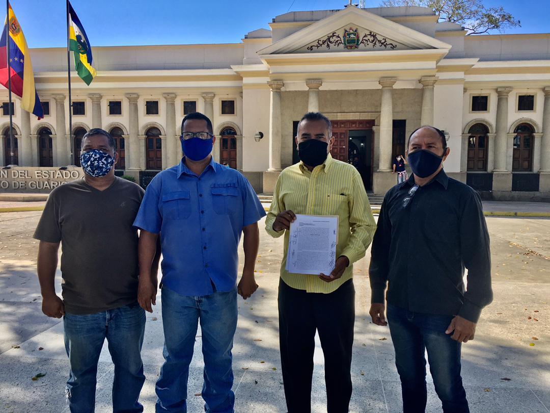 Los oficiales entregaron un documento al Gobernador José Vásquez
