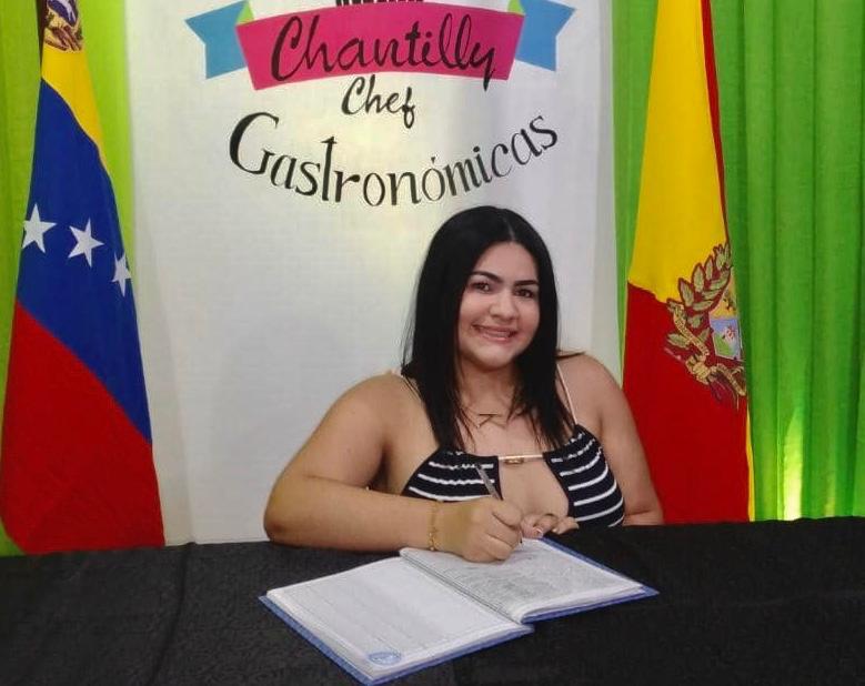 karelis Francisco durante la firma del libro